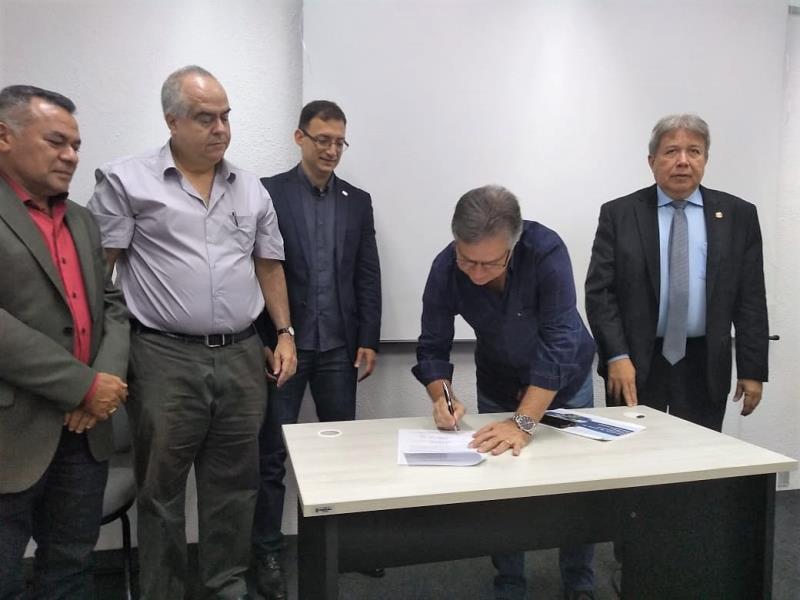 Assinatura de um convênio técnico entre o Sebrae e o Governo do Pará, por meio da Secretaria de Estado de Desenvolvimento Econômico (Sedeme) para ações conjuntas em prol do segmento das micros e pequenas empresas estaduais
