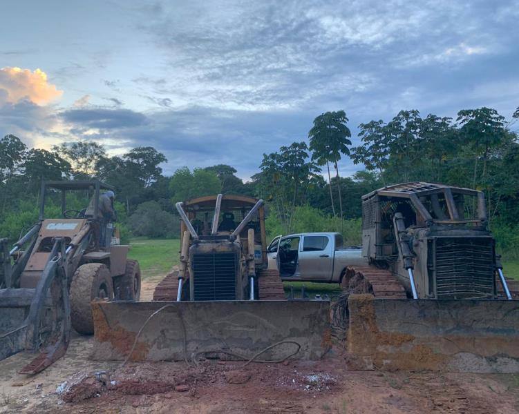 Foram apreendidas máquinas pesadas e serrarias interditadas, de acordo com a legislação em vigor.