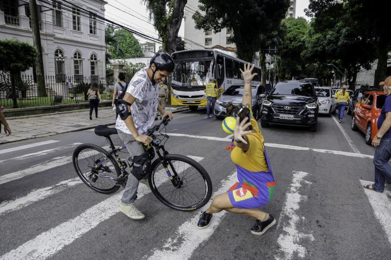 Com dramatizações bem-humoradas, educadores da Semob ensinam condutores a se comportar no trânsito