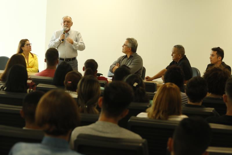 Alberto Campos (em pé), Superintendente Regional do Trabalho, também participou das palestras