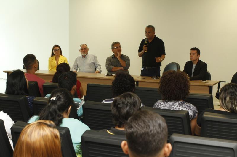 Gilvan dos Anjos (em pé), coordenador do Portal do Trabalhador, disse que, somente este ano, o órgão encaminhou cerca de 700 jovens para seleção em empresas parceiras