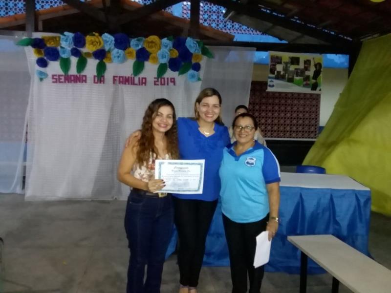A ex-aluna Rosiane Rodrigues dos Reis (à esquerda) vai se formar em Jornalismo e foi umas das homenageadas pela escola