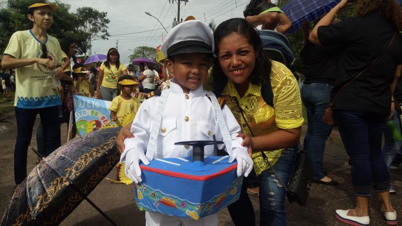 O mensageiro das Cartas da Paz deste ano foi o pequeno Adriel Siqueira, de 5 anos, acompanhado da mãe, Silvia Lagoya.