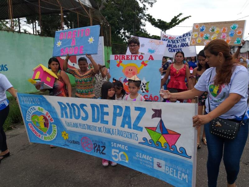 """O evento trouxe o slogan """"Rios de Paz: Navegando pelos direitos das crianças e adolescentes""""."""