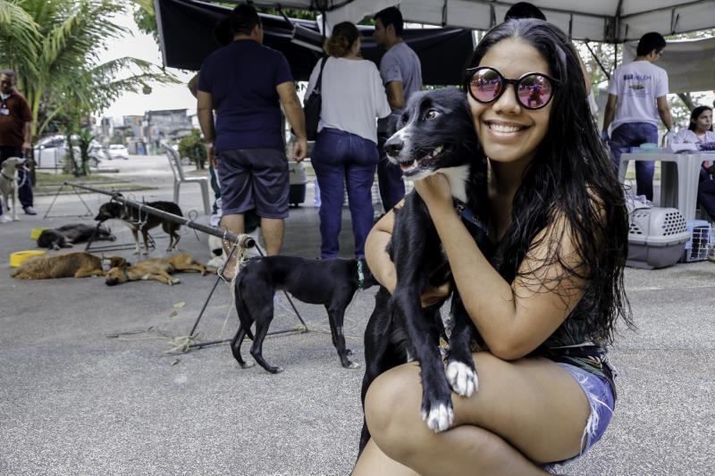 A universitária Giovana Miranda, 21 anos, adotou a cachorra Lola a oito meses de um abrigo.