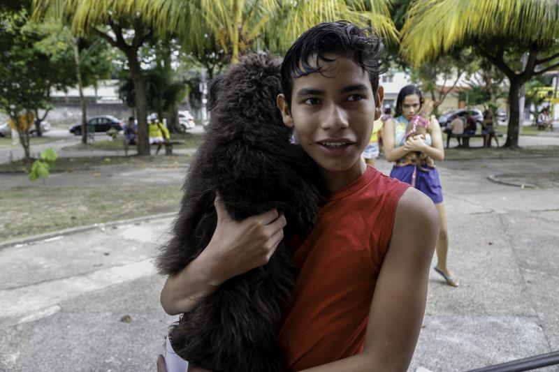 """""""Moro aqui perto e fiquei sabendo que ia ter a ação e vacinação, aí trouxe a Mel"""", disse o estudante Fernando Santos."""