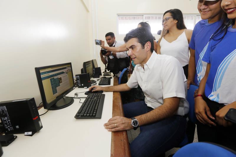 Helder Barbalho na sala de informática, um dos 32 espaços climatizados da nova Escola Profª Ana Teles