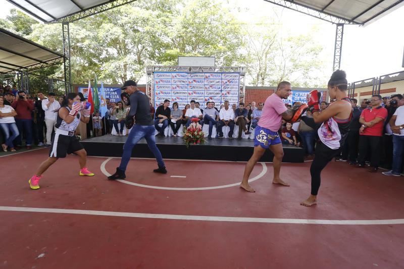 Houve apresentação de prática esportiva na nova quadra coberta da Escola Profª Ana Teles