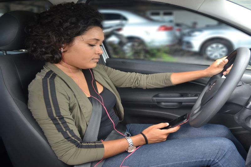 Auriculares, intra-auriculares, supra-auriculares ou circumaurais. Não importa o modelo ou tamanho, os fones de ouvido são acessórios que não podem ser utilizados por condutores de veículos no trânsito. De acordo com o artigo 252 do Código de Trânsito Brasileiro (CTB), dirigir com fones nos ouvidos conectados à aparelhagem sonora ou de telefone celular é uma infração média, tendo como penalidade uma multa estipulada em R$130,14.  FOTO: ASCOM / DETRAN DATA: 14.05.2019 BELÉM - PARÁ