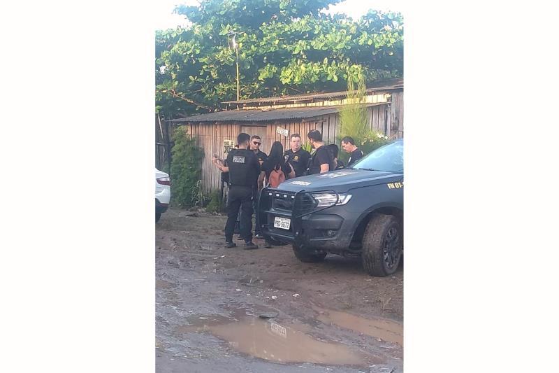 """A Polícia Civil deflagrou, na manhã desta terça-feira (14), a operação denominada """"Ragnarok"""", que resultou em seis prisões e nas apreensões de porções de droga, na área do conjunto Eduardo Angelim, no distrito de Icoaraci, em Belém. O objetivo da missão foi combater integrantes de facções criminosas responsáveis por crimes na área do residencial. Ao todo, a operação contou com participação de mais de 100 agentes de Segurança Pública, entre policiais civis, militares e guardas municipais. Os presos foram identificados como Mauricio Conceição Souto; Mariane Rocha de Souza; Elzicleia Oliveira Rocha; Robson Luiz Oliveira da Silva; Sebastião Gomes Silva e Wellington de Araujo Rosa.  FOTO: ASCOM / POLÍCIA CIVIL DATA: 14.05.2019 BELÉM - PARÁ"""