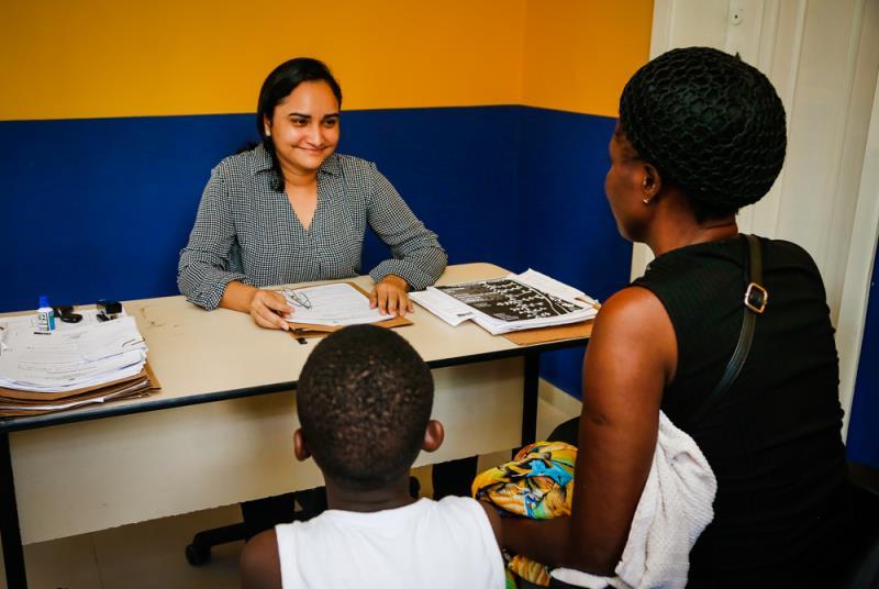 Mônica Barbosa trabalha há seis meses no Centro Pop, prestando atendimento direto à população em situação de rua.