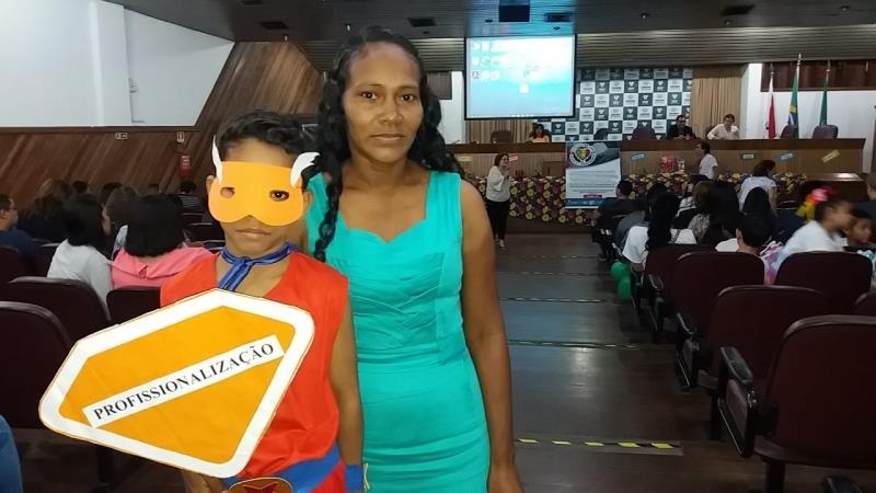 Michele Barbosa dos Santos, mãe do Natanael dos Santos, de 8 anos, disse que eventos como o da mesa redonda são muito importantes