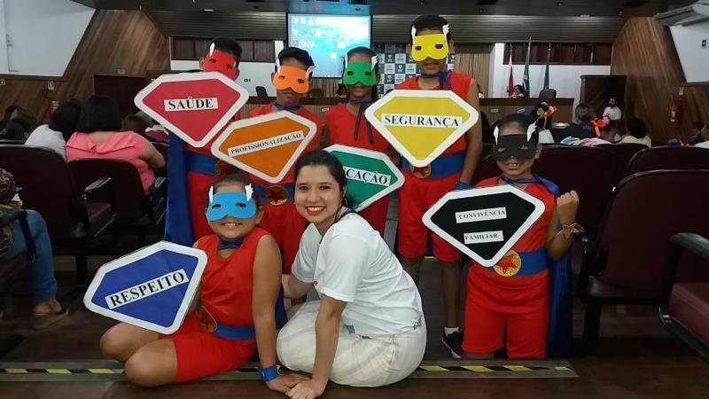 A diretora da Escola Municipal Comandante Klautau, Karina Portal, acompanhou os alunos representando os heróis do Super ECA