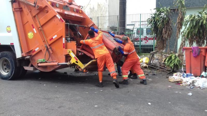 Os agentes de serviços urbanos do município são os responsáveis pelo recolhimento diário de lixo.
