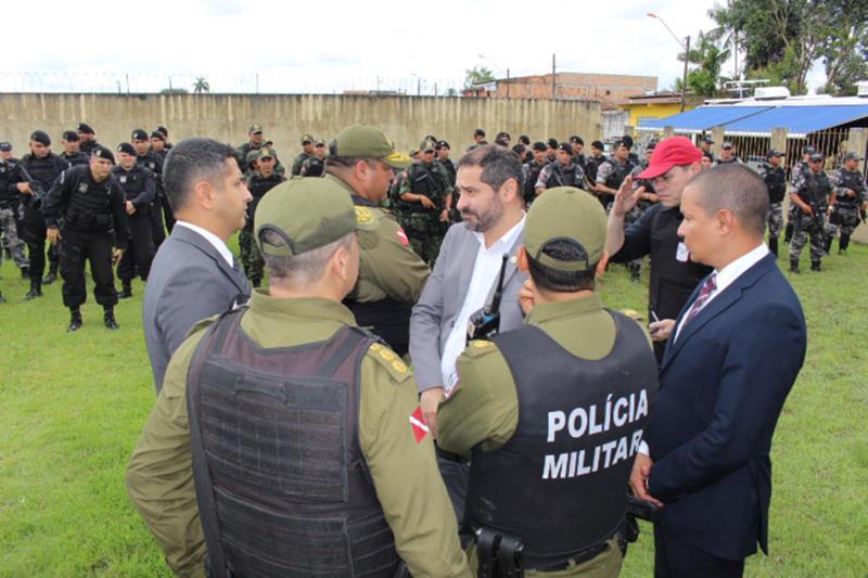 """Para coibir que outros crimes ocorram, a PM deflagrou a Operação """"Ocupação"""", no bairro do Tenoné. A ação conta com 135 agentes, entre homens da Rotam, Batalhão de Choque, Cavalaria e Cipoe"""