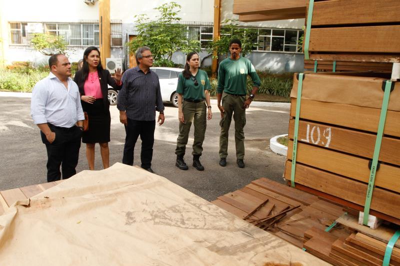 O secretário Cláudio Mercês (de camisa branca) estima que em 20 dias, o material já poderá ser utilizado em obras pela cidade de Belém