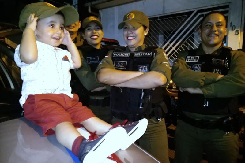 A equipe de PMs do 2º Batalhão, unidade que integra o Comando de Policiamento da Capital I, fez uma visita surpresa na hora da festa.