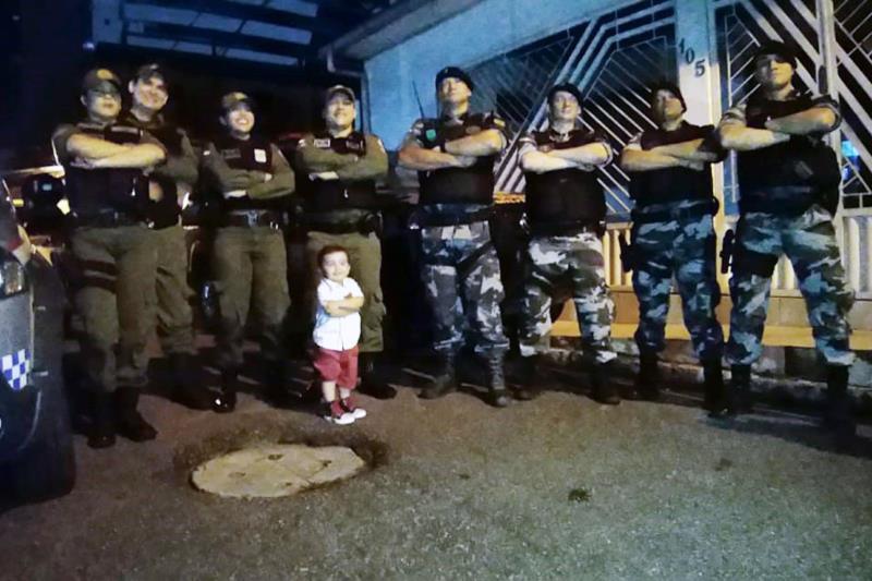 Fã da Polícia Militar, Miguel fez questão de fazer foto posando com os agentes.