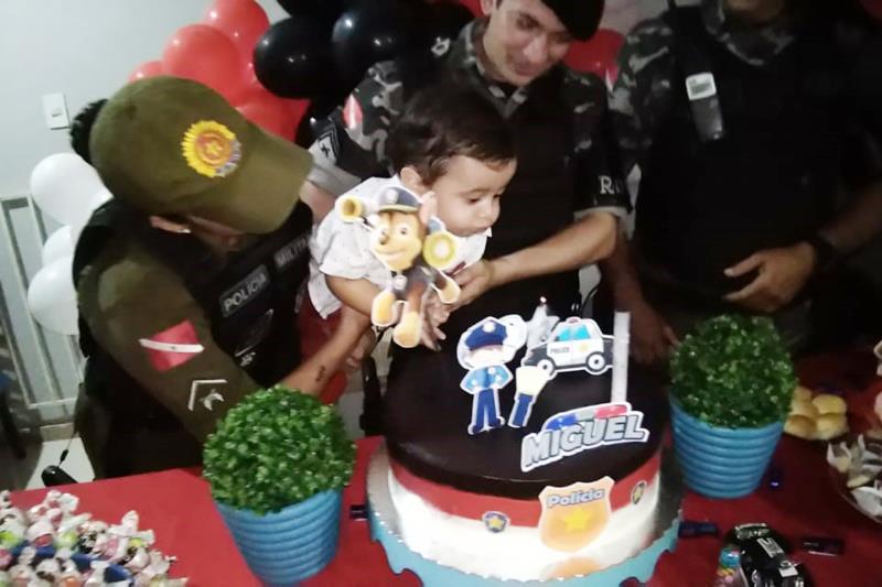 O cabo Raulemberde Junior e os soldados Wendel Moreira, Thatiana Tavares e Lawanne Vieira, todos do 2º BPM, foram convidados pela madrinha do aniversariante.