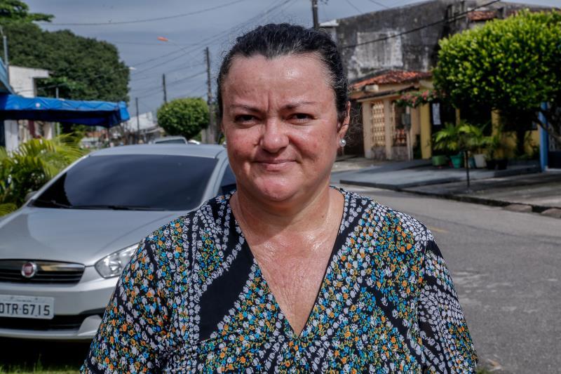 """Para a dona de casa Valdenir Oliveira, de 49 anos, moradora do conjunto Satélite, é importante colaborar:  """"Tento fazer a minha parte corretamente e deposito o entulho somente na data marcada""""."""