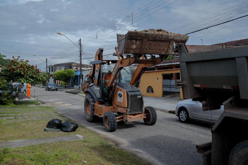 Serviço de coleta de entulho é oferecido há quase um ano como forma de evitar o descarte de restos de móveis, poda de árvores, madeira e limpeza de quintais.