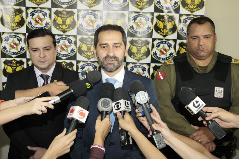 Durante coletiva, o secretário Ualame Machado repassou informações sobre as prisões, que ocorreram cerca de 48h após os homicídios