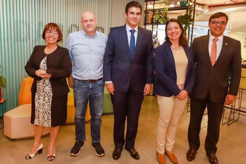 O governador Helder Barbalho (c) e representantes do Instituto Lemann, que atua em rede com o Instituto Humanize, Instituto República e Instituto Brava