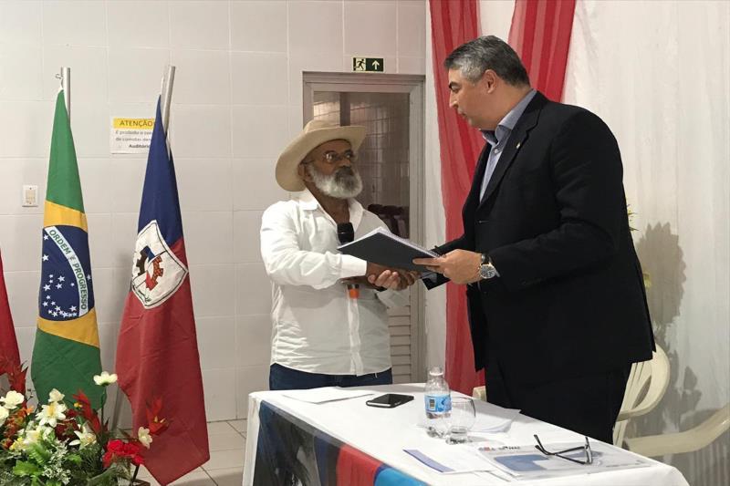 Adler Silveira (d) recebeu de Libório dos Santos, coordenador do Codeter, as demandas identificadas em reuniões do Conselho
