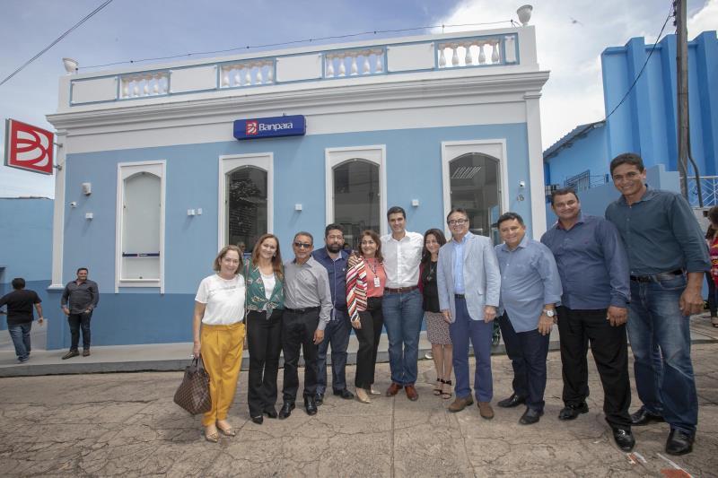 Em Óbidos, o governador Helder Barbalho e comitiva diante da sétima agência do Banpará inaugurada em cinco meses do atual governo