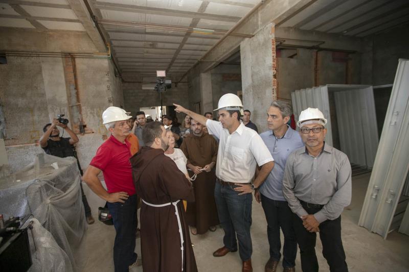 O governador Helder Barbalho (c) se comprometeu em concluir as obras do Hospital Santa Casa de Misericórdia de Óbidos, ampliando de 66 para 100 o número de leitos