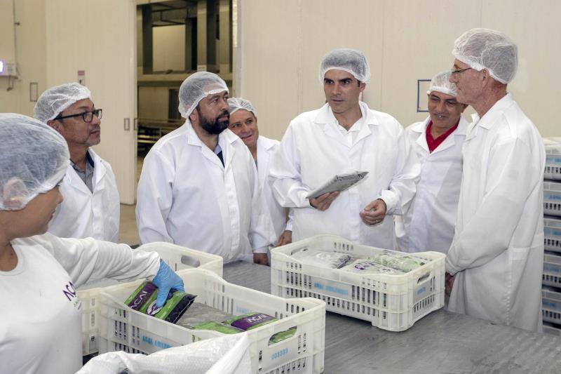 Helder Barbalho durante a visita à fábrica de polpas de frutas, com destaque para o açaí