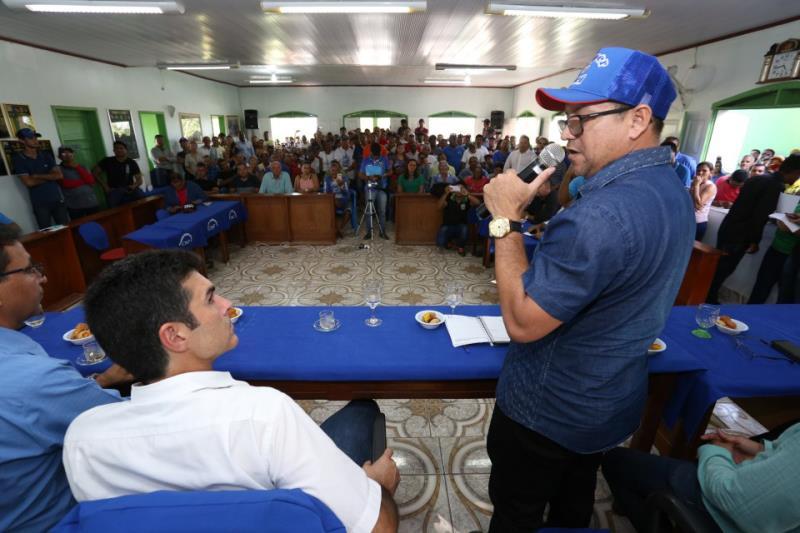 Helder Barbalho (e) ouve os agradecimentos do prefeito de Óbidos, Davi Xavier (d), pelas obras que serão realizadas no município