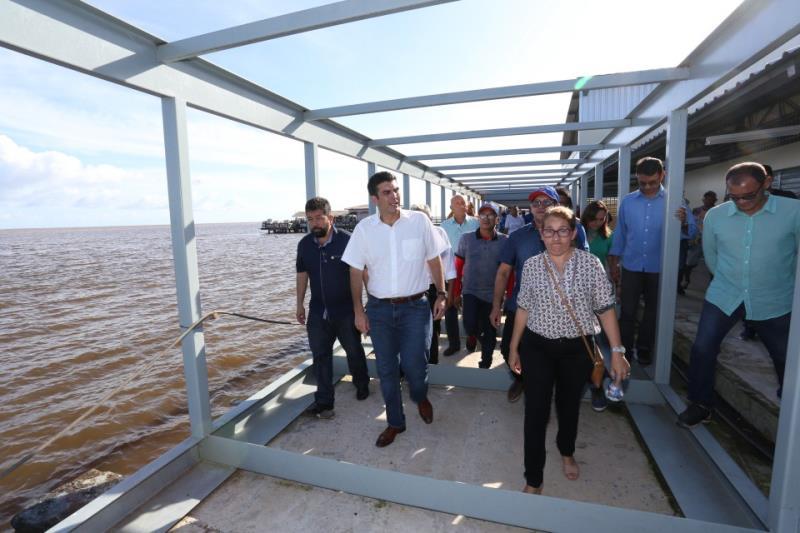 Governador Helder Barbalho em visita às obras do terminal hidroviário de Óbidos, que pretende entregar à população em julho
