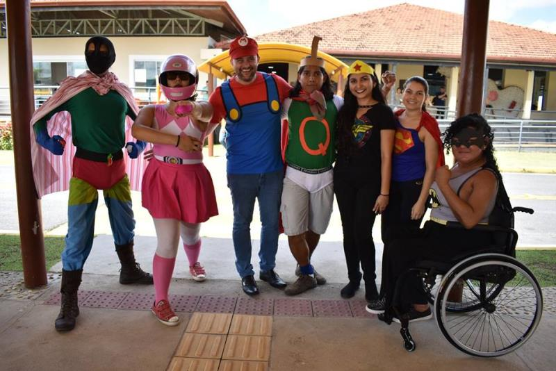 Colaboradores de Centro de Reabilitação se fantasiam de super heróis para atender usuários de forma mais descontraída e humanizada.