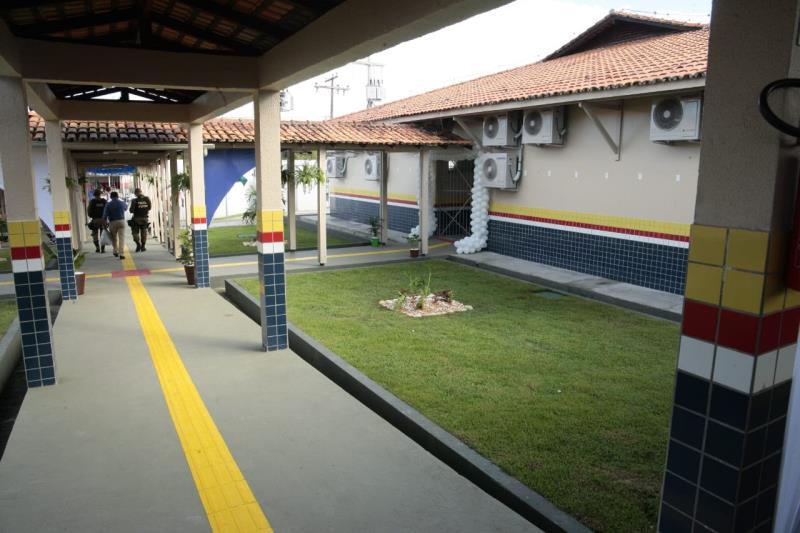 A nova estrutura da Escola Estadual de Ensino Médio Nelson Rabelo, na sede municipal de Marapanim, inclui piso tátil para pessoas com deficiência