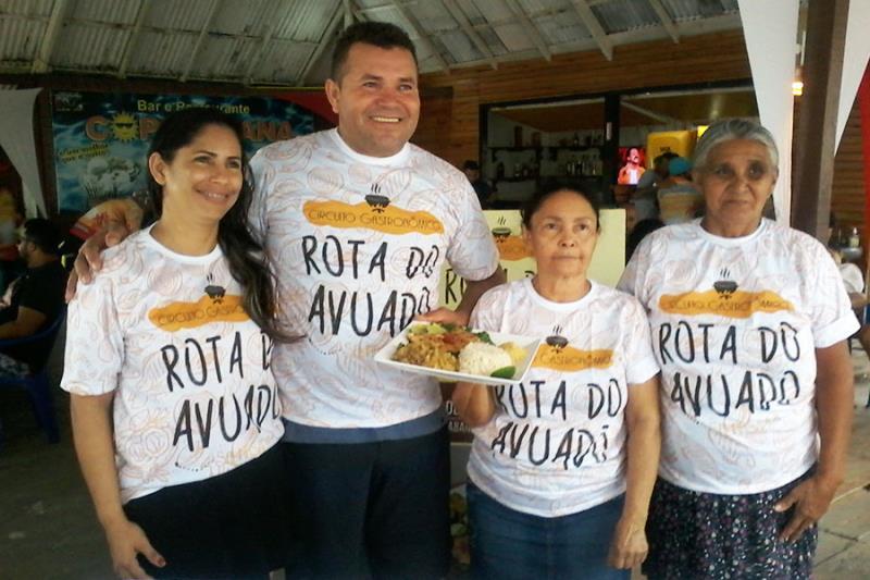 "Proprietários da barraca Copacabana, na praia do Atalaia, como prato ""Dourada muqueada na brasa"""