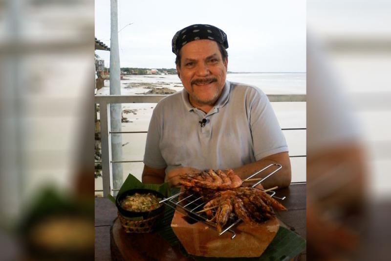 """Restaurante Marujos, na praia do Farol, apresentando o prato """"Camarão com chibé de farinha d'água"""""""