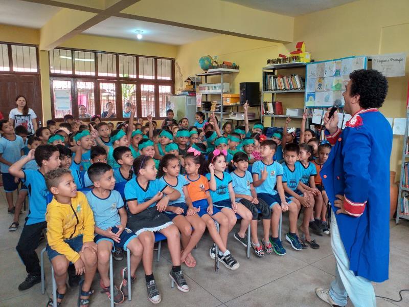 """O professor Wilson Tadeu Amoras, que estava vestido como """"O Pequeno Príncipe"""", fez a apresentação do Sarau Matinal para os alunos"""