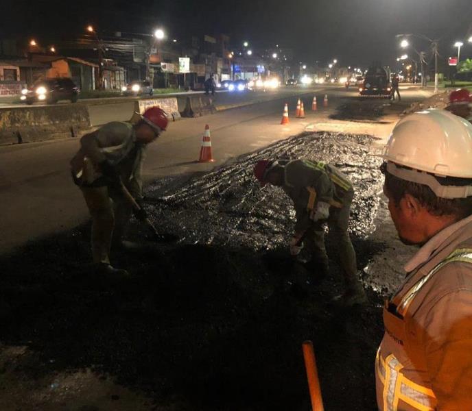 O trabalho na avenida começou por volta das 20 horas, priorizando os locais com maior incidência de buracos.