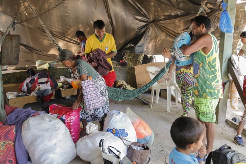 Os indígenas da etnia Warao ajudaram na organização dos objetos para a mudança