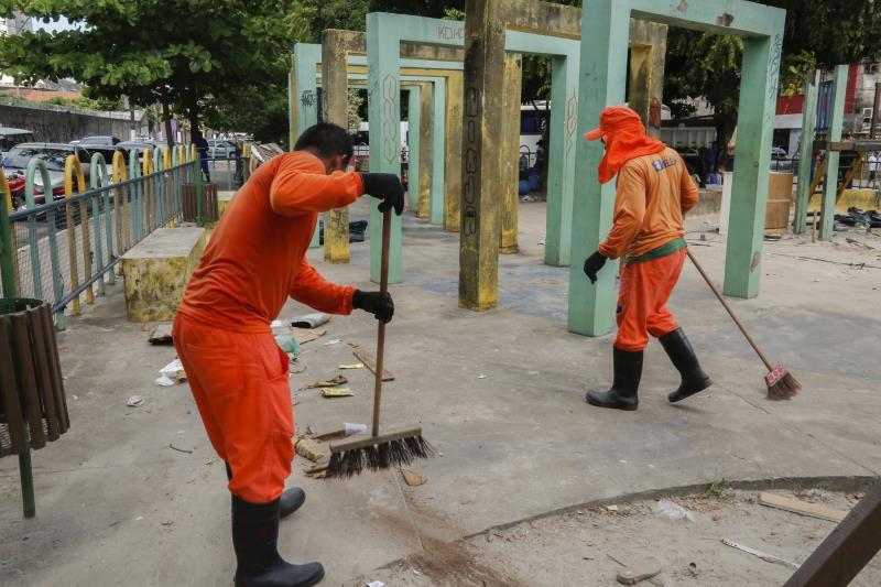 Após a desocupação da praça, equipes da Sesan fizeram a limpeza do espaço