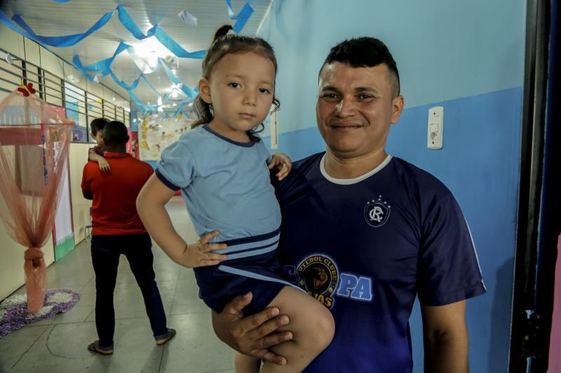 Sérgio Ribeiro levou a filha Eva para participar das atividades na  escola Wilson Bahia