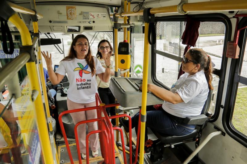 A blitz educativa também foi feita dentro dos ônibus