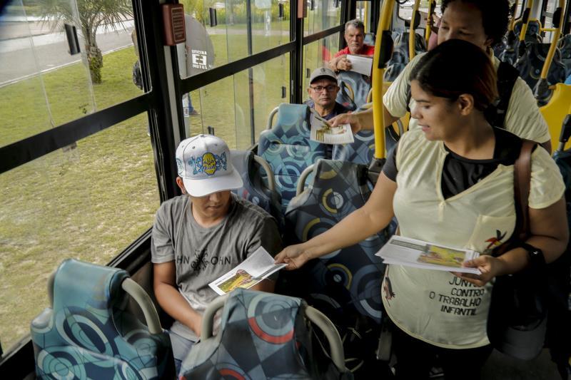 A ação foi feita dentro dos ônibus, com distribuição de informativos e panfletos