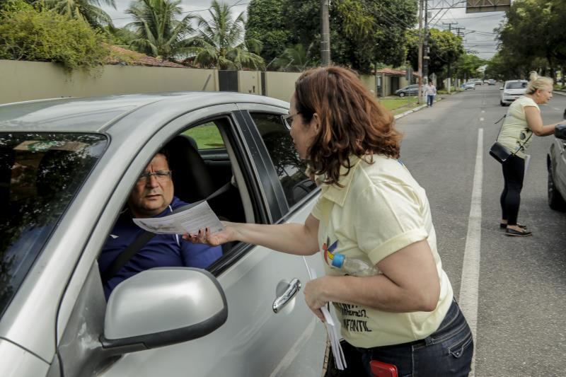 Motoristas foram abordados e receberam panfletos na na esquina das avenidas Duque de Caxias e Doutor Freitas