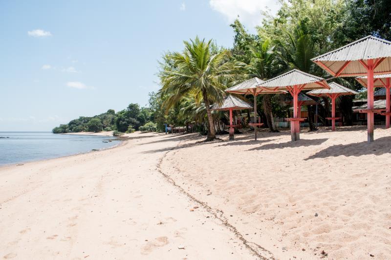 A praia do Farol é próxima ao porto de Cotijuba e pode ser acessada caminhando ou por meio de charretes