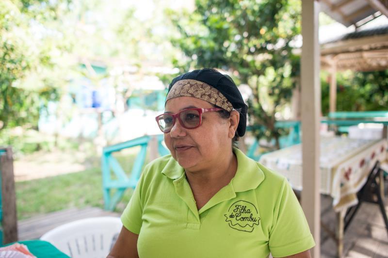 """Entre o caminho que o barco faz, no meio do rio, está a """"Casa de Chocolate da Ilha do Combu"""". O estabelecimento é comandado pela família de Izete Costa, a Dona Nena."""