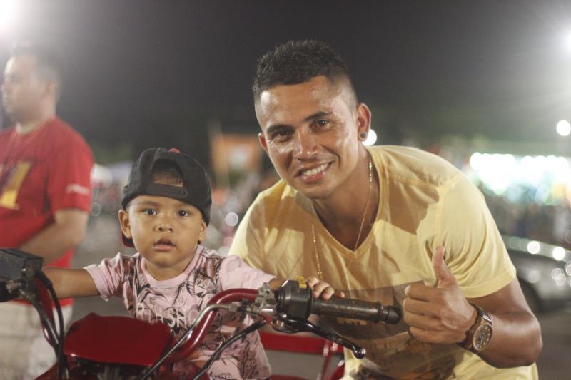 Alexsandro Amaral, 28 anos, com o filho.