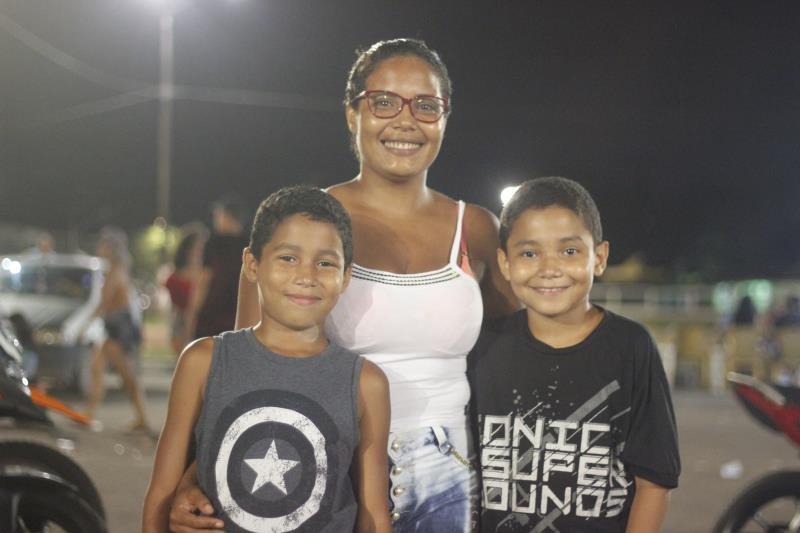 Erica Pacheco, 29 anos, trouxe os filhos Christian Kael Nascimento, de 10 anos, e Pedro Henrique Nascimento, de 9 anos.