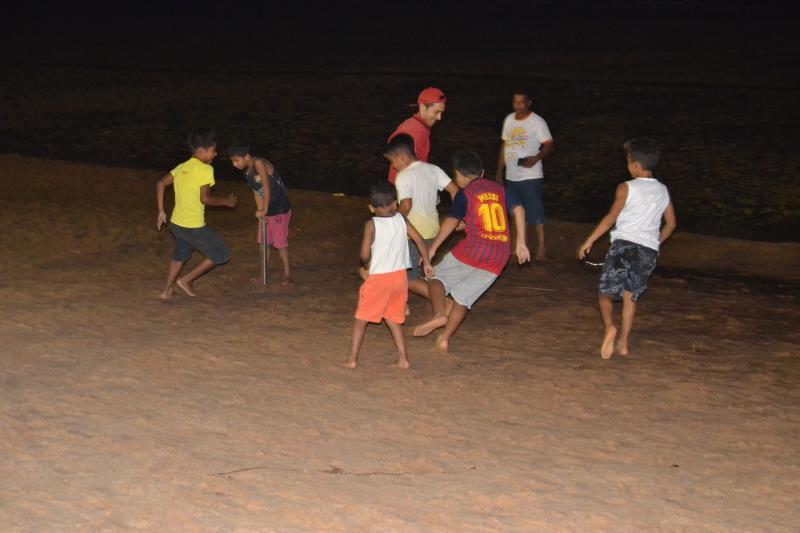 As crianças aproveitaram e bateram aquele bolão na praia do Cruzeiro, enquanto os pais participavam do torneio